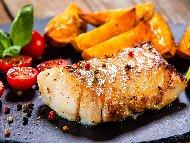 Печено филе от бяла риба хек във фолио на скара с копър и магданоз